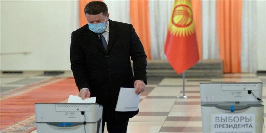 Kırgızistan'da halk erken cumhurbaşkanlığı seçimleri ve ülkenin yönetim şeklini belirlemek için sandık başına gitti