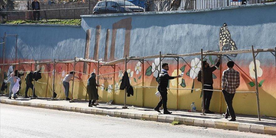 Gönüllü öğretmenler Nusaybin'de duvarları resimlerle süslüyor