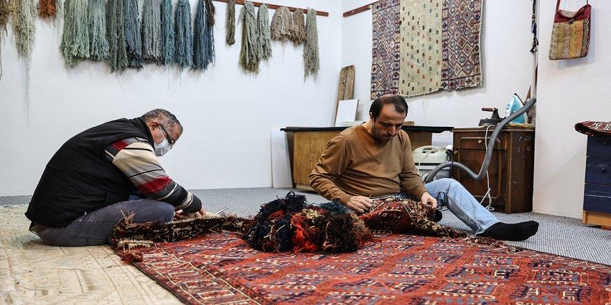 3 nesildir en değerli antika halıları halıyla tamir ediyor
