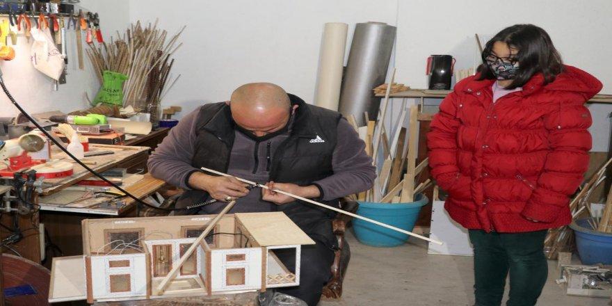 Atık malzemeleri evinde kurduğu atölyede maket evlere dönüştürüyor