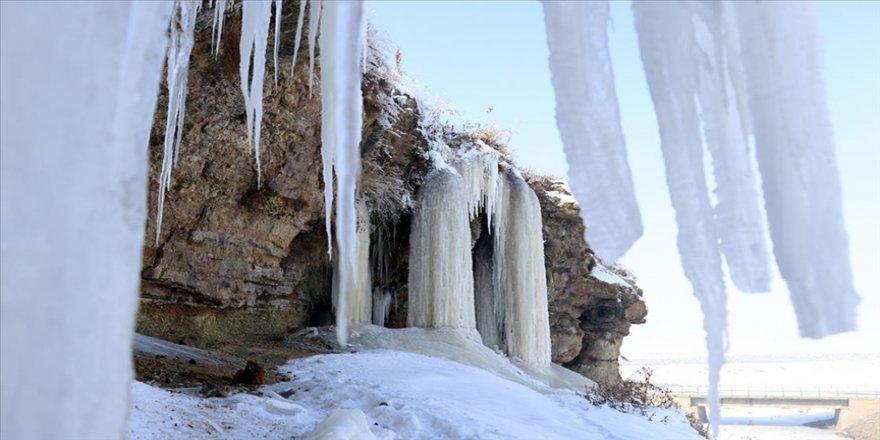 Doğu'da dondurucu soğuklarda 5 metrelik buz sarkıtları oluştu