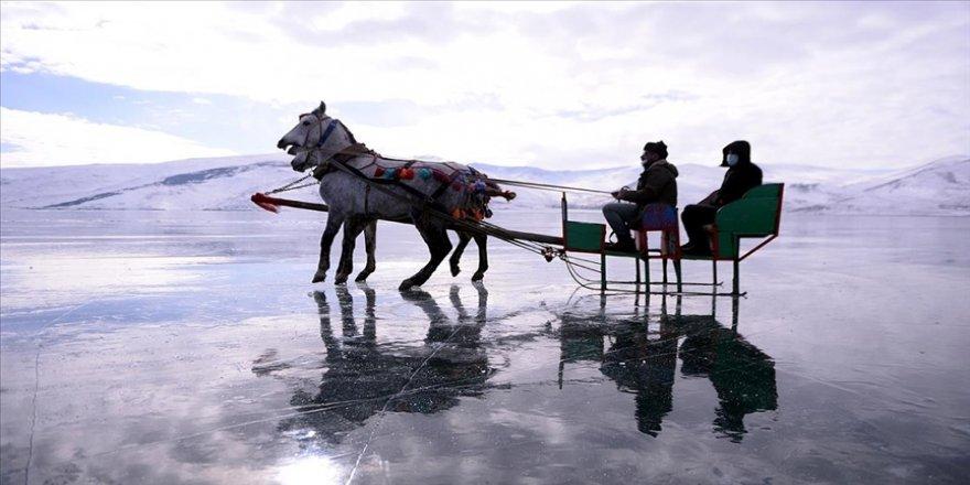 Çıldır Gölü'nün atlı kızakçıları da kar hasreti çekiyor