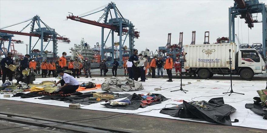 Endonezya'da düşen yolcu uçağına ait parçalar inceleniyor