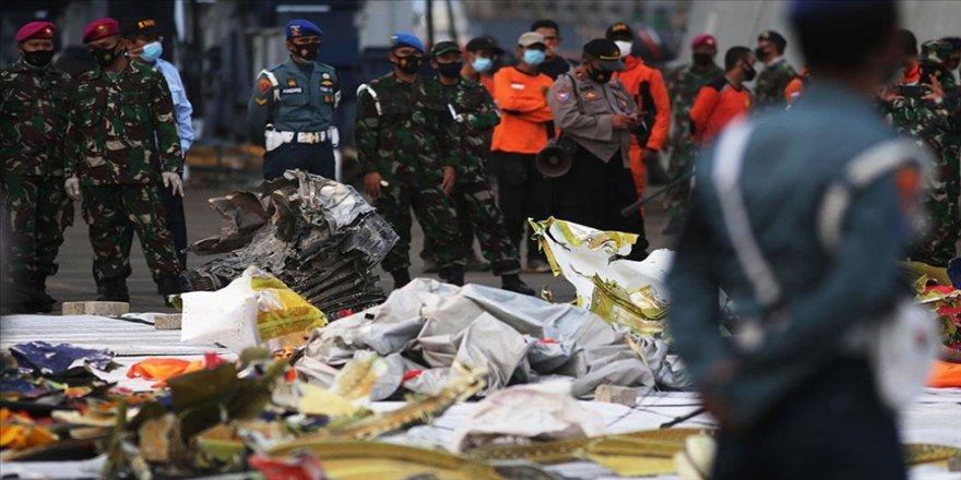 Endonezya'da düşen yolcu uçağının motorunun denize çakılana dek çalıştığı düşünülüyor