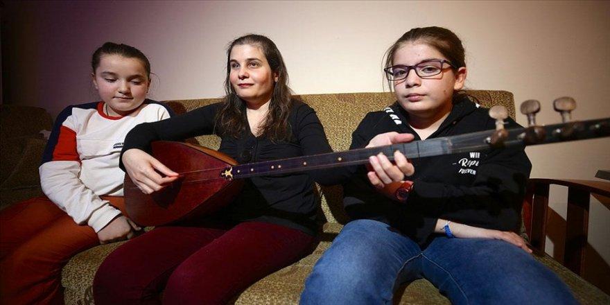 Ahizer öğretmen öğrencilerine 'gönül gözü' ile müzik öğretiyor