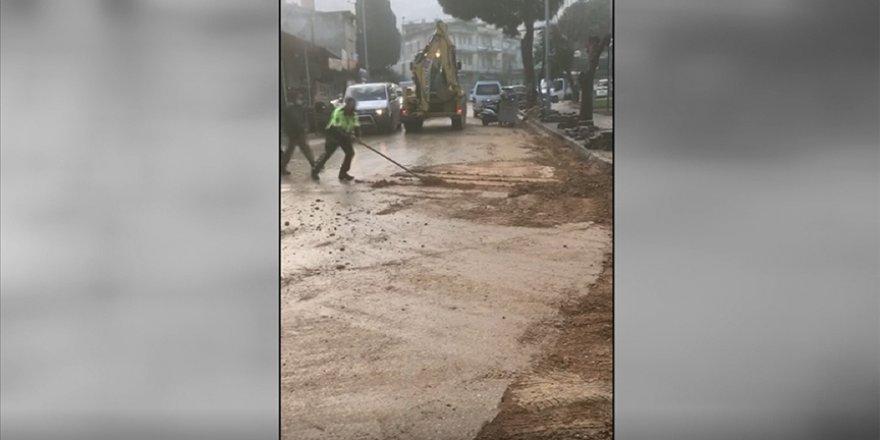 İzmir'de kürekle yolu temizleyen polisin görüntüsü sosyal medyada ilgi gördü