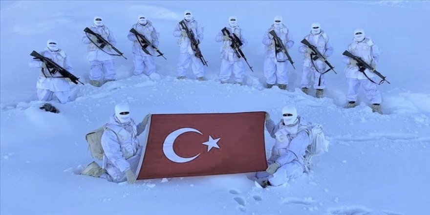 MSB zorlu hava şartlarında faaliyetlerini sürdüren Mehmetçiğin fotoğrafını paylaştı