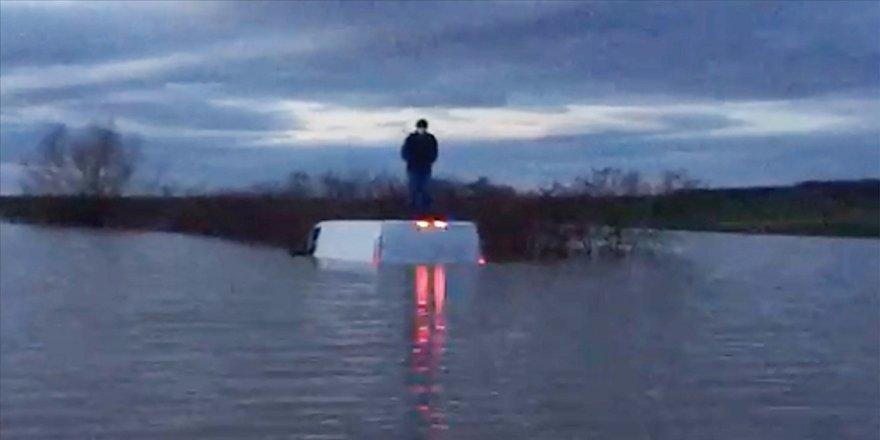 Edirne'de aracıyla nehirden taşan suların ortasında kalan kişiyi AFAD kurtardı
