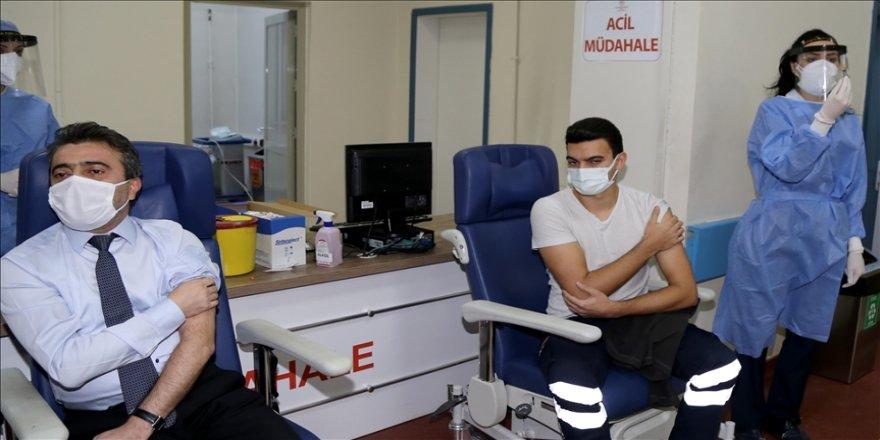 Kovid-19 aşısının uygulanmasına mücadelenin kahramanlarıyla başlanıyor
