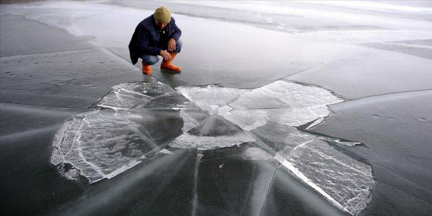 Çıldır Gölü'nün buzla kaplı yüzeyi erimeye başladı
