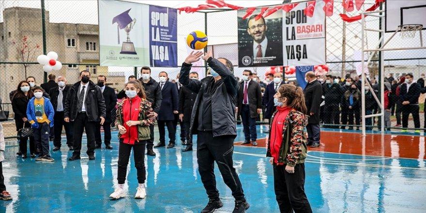 Bakan Kasapoğlu Siirtli çocuklarla 'Lastikpark' spor sahasında voleybol oynadı