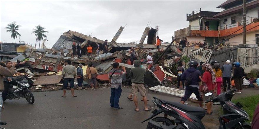 Endonezya'da 6,2 büyüklüğünde deprem: 8 ölü