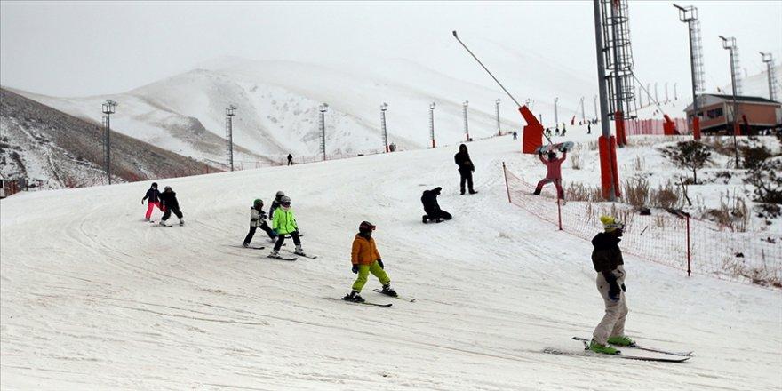 Yerli ve yabancı turistler Palandöken'de kayağın keyfini çıkarıyor