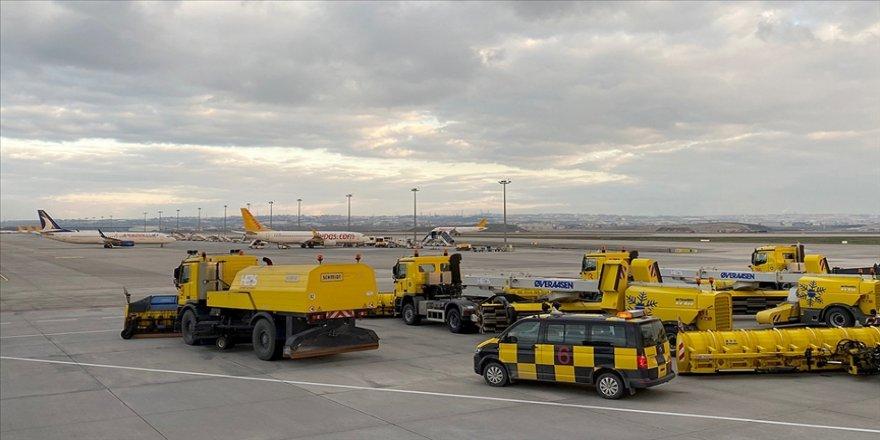 İstanbul Sabiha Gökçen Havalimanı'nda (İSG), kar yağışında uçuşların aksamaması için gerekli tedbirler alındı.