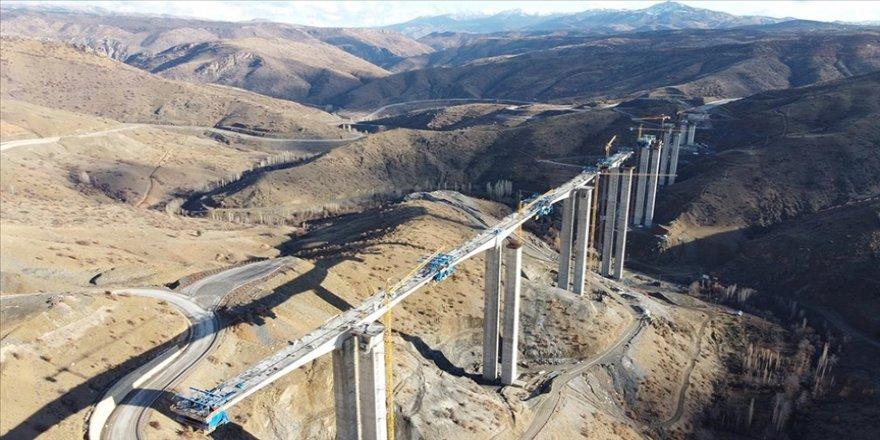 Türkiye'nin 'en yüksek ayaklı viyadüğü' vadinin iki yakasını bir araya getiriyor