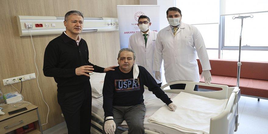 Kanserden yüzünün yarısını kaybeden hastaya yapay kemik ve omzundan alınan doku ile yeni yüz yapıldı