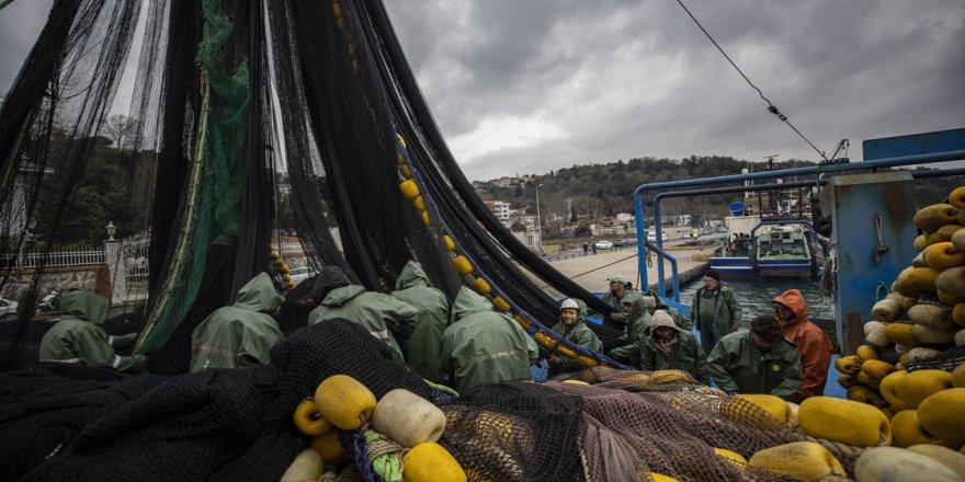 Balıkçı teknelerinin eşsiz manzaralı 'Boğaz' mesaisi sürüyor
