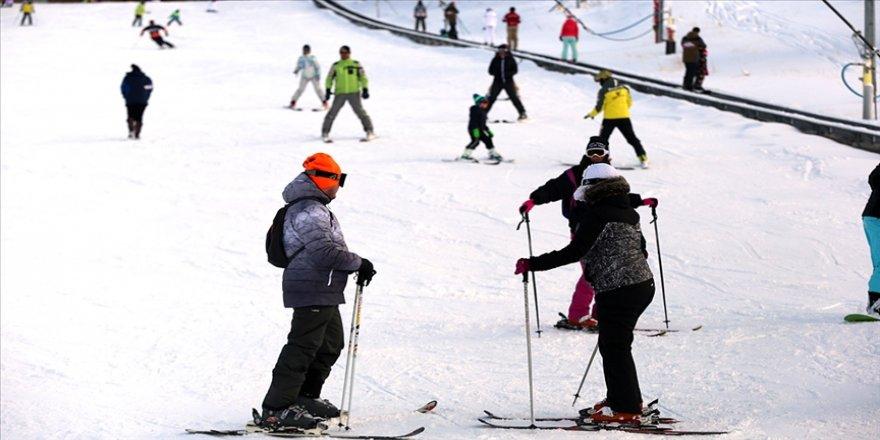Kartalkaya'da pistler kayakseverlerle doldu