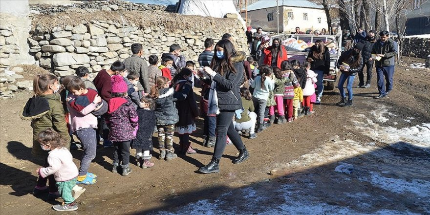 Köy köy gezerek çocukların yüzünü oyuncaklarla güldürüyorlar