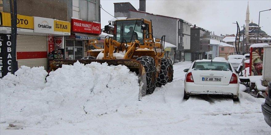 Bingöl, Siirt ve Şırnak'ta kar yağışı ulaşımı aksatıyor