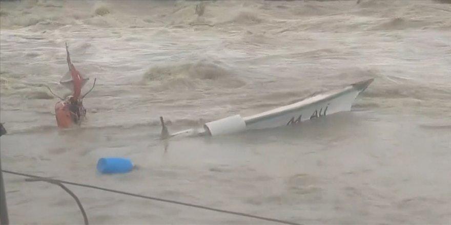 Hatay'da sağanak nedeniyle barınaktaki tekneler zarar gördü
