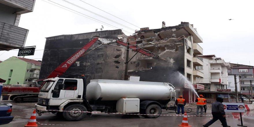 5 katlı ağır hasarlı bina yıkıldı
