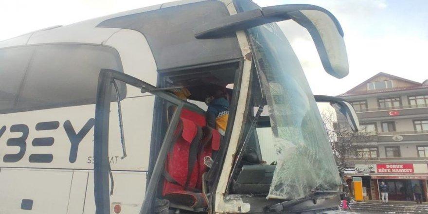 Tıra arkadan çarpan yolcu otobüsü muavini yaralandı