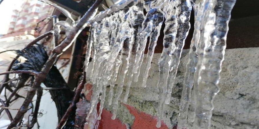 Kocaeli'de yollar ve arabalar buz tuttu
