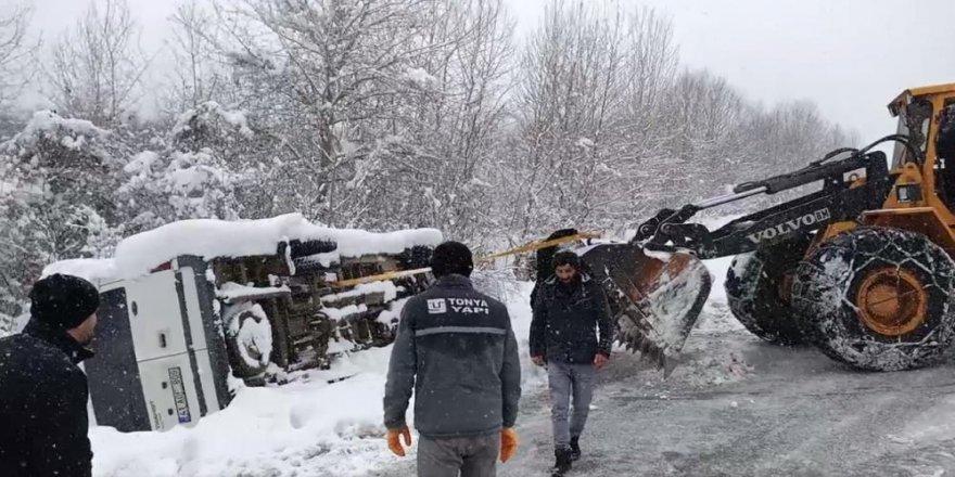 Karlı yolda yan yatan minibüsü iş makinesi ile kurtardılar