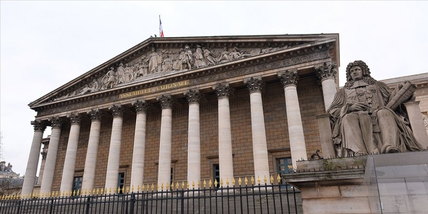 Fransız entelektüel ve politikacılar Müslümanları hedefe koyan yasa tasarısını eleştirmeye devam ediyor