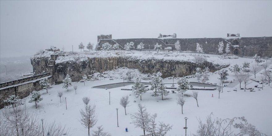 'Beyaz örtü' Diyarbakır'ın tarihi mekanlarında güzel görüntü oluşturdu