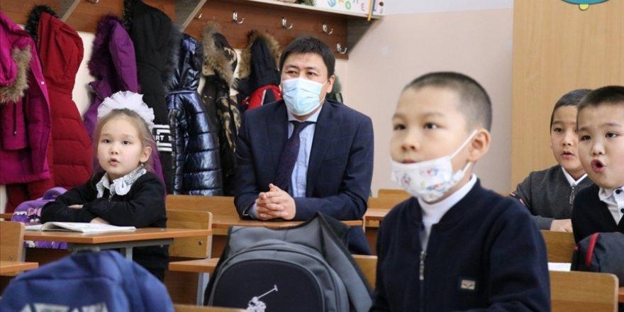 Bişkek'te okullarda yüz yüze eğitim kısmi olarak yeniden başladı