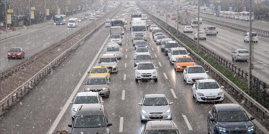 İstanbul'un bazı ilçelerinde kar yağışı etkili oluyor