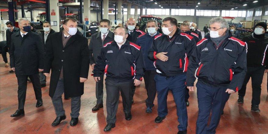 Bakan Varank Sakarya'da traktör fabrikasını ziyaret etti