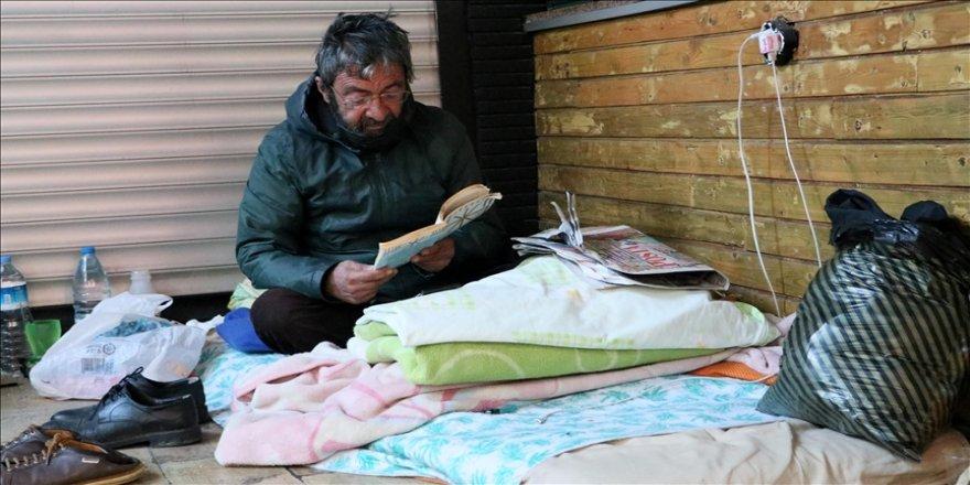Sokakta yaşayan 60 yaşındaki adam elektrikli battaniyeyle soğuk kış gecelerini geçiriyor