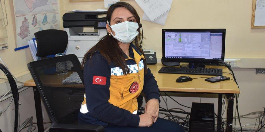 Kovid-19'u yenen iki sağlıkçı görevlerine dönmenin mutluluğunu yaşıyor