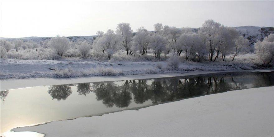 Sivas'ta kar ve buzla kaplanan Ulaş Gölü görsel şölen sundu