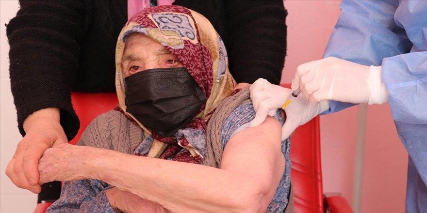 Denizli'de 103 yaşındaki kadın, Kovid-19 aşısı oldu