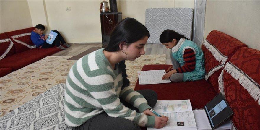 Hakkari'de öğrenciler MEB tarafından gönderilen tabletlerle uzaktan eğitime erişim sağlıyo