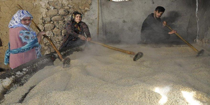 Çukurca'da tarihi değirmende üretilen tahin birçok kente gönderiliyor