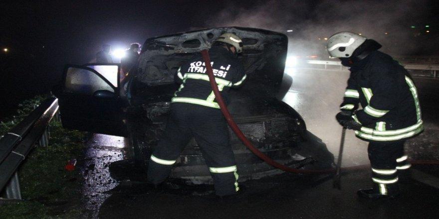 Kocaeli' TEM Otoyolu'nda seyir halindeyken araç yandı
