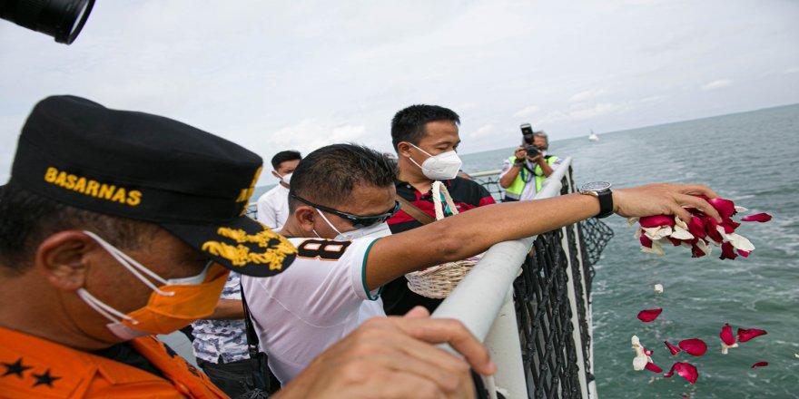 Endonezya'da uçak kazasında ölenler için denize çiçek bırakıldı