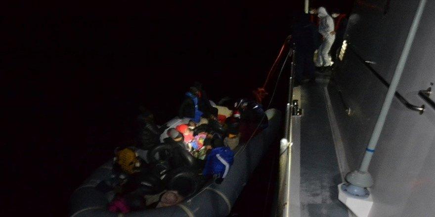 İzmir'de lastik botla sürüklenen 21 sığınmacı kurtarıldı
