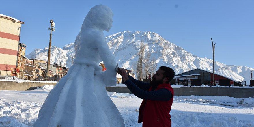 Hakkarili ressam 'kardan kadın heykeli' yaptı