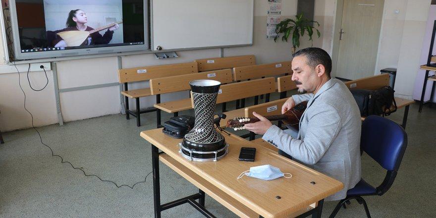 Gönüllü öğretmen bağlama derslerini çevrimiçi ortama taşıdı
