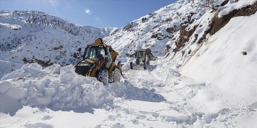 Diyarbakır'da köy yolları karla mücadele timlerine emanet