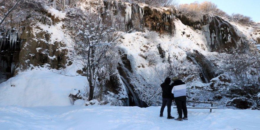 'Beyaz gelinliği'ni giyen Girlevik Şelalesi kışın da güzelliğiyle cezbediyor