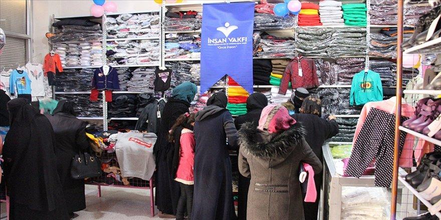 İnsan Vakfı İdlib'deki İyilik Çarşısı'nda iç savaş mağduru 1000 sivile kıyafet dağıttı