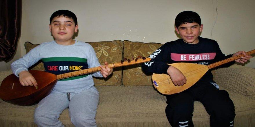 Gebze'de görme engelli kardeşler saz çalmayı kısa sürede öğrendi