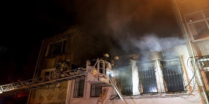 Fatih'te iki katlı binada çıkan yangın söndürüldü